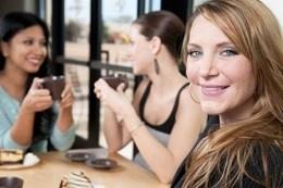 single-woman-with-friends-at-coffee-shop-kopiowanie